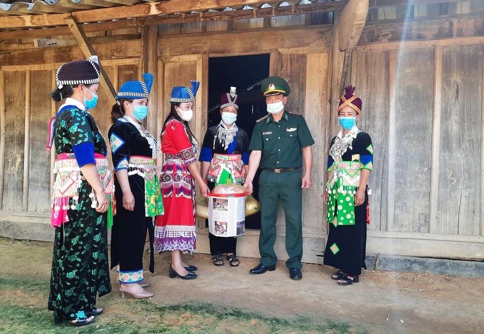 """Các thành viên CLB """"Phụ nữ tham gia bảo vệ chủ quyền An ninh biên giới quốc gia"""" của bản Huồi Viêng, xã Na Loi mang gạo quyên góp được ủng hộ hội viên có hoàn cảnh khó khăn"""