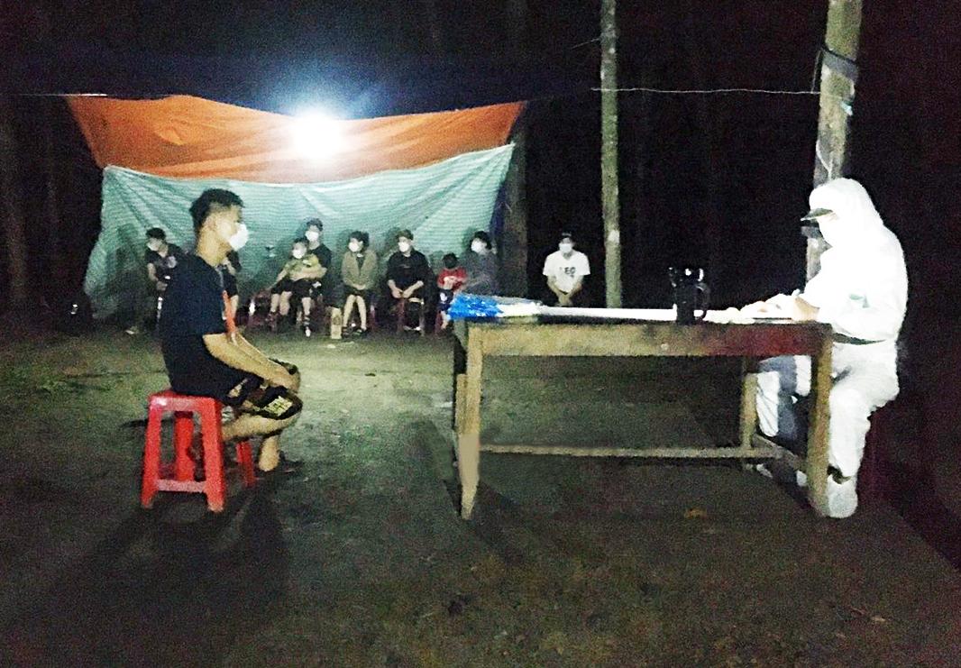 Cán bộ Đồn Biên phòng Tân Thành lấy lời khai các công dân nhập cảnh trái phép ngay trong đêm