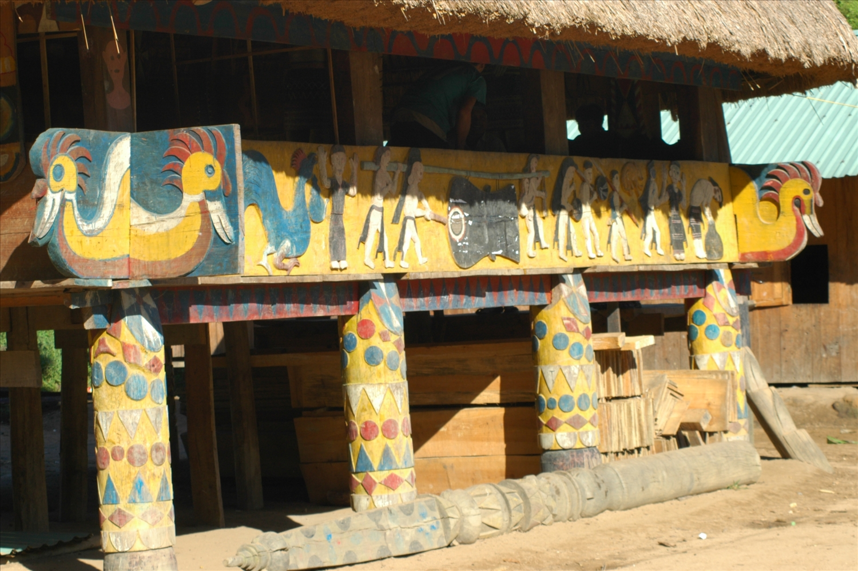 Hình vẽ, hoa văn trang trí ở tấm ván thưng và các cây cột đỡ của ngôi nhà.