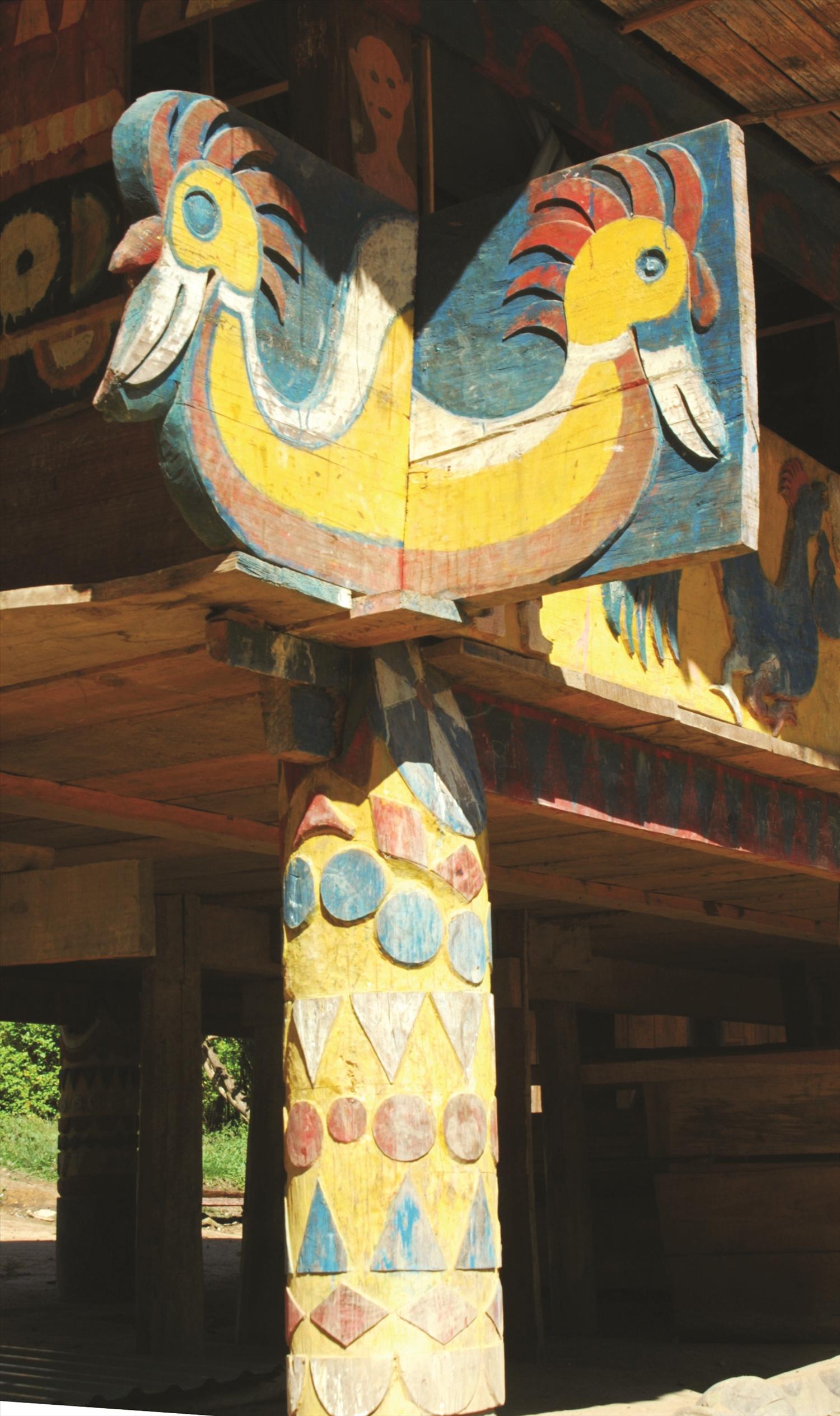 Tượng chim tring ở hai đầu tấm ván thưng