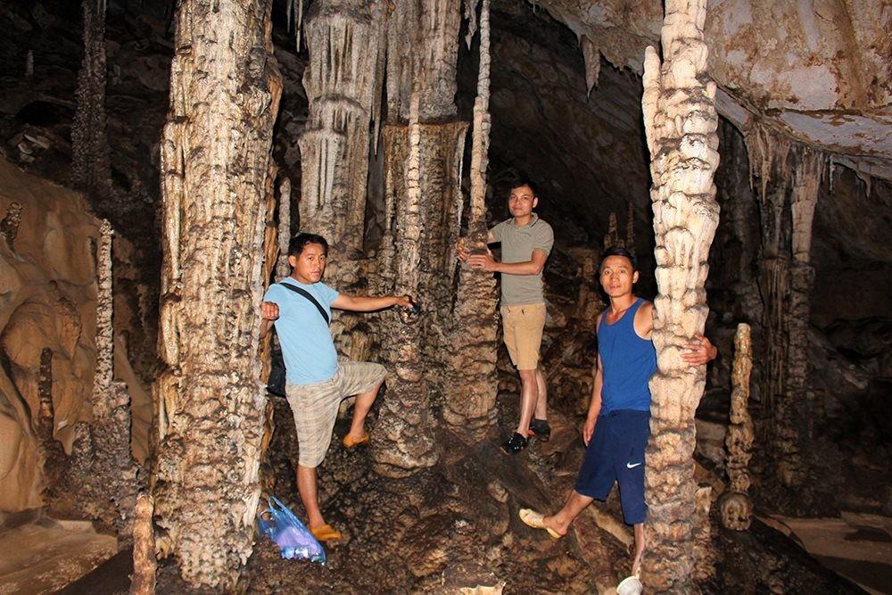 Trong hang có nhiều cột đá rất đẹp