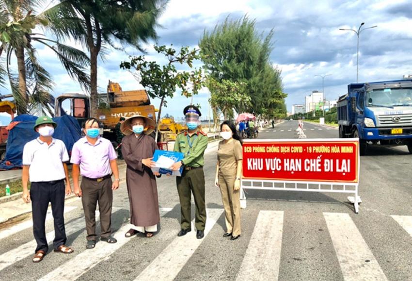 Ni sư Thích Nữ Giới Hảo và Tịnh Thất Diệu Quang hỗ trợ và tiếp trợ nước uống hằng ngày cho các chốt trên địa bàn phường Hòa Hiệp Bắc