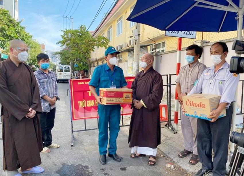 Đại đức Thích Thông Đạo, Hòa Thượng Thích Trí Viên và Phật tử trao quà hỗ trợ cho cơ quan chức năng