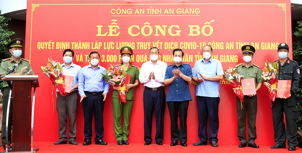 Lãnh đạo Tỉnh ủy, UBND tỉnh An Giang tặng hoa cho các lực lượng tham gia truy vết dịch Covid -19
