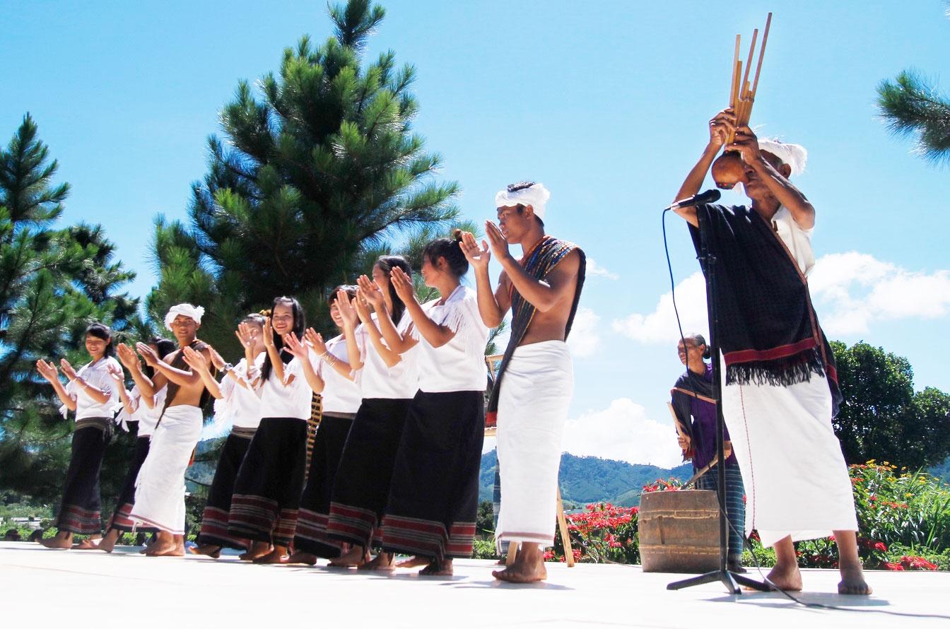 Nam nữ dân tộc Chu Ru trong trang phục truyền thống múa điệu Tamja