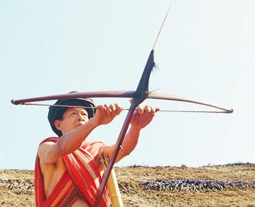 Xưa kia, đồng bào các dân tộc ở Tây Nguyên dùng nỏ để săn thú rừng
