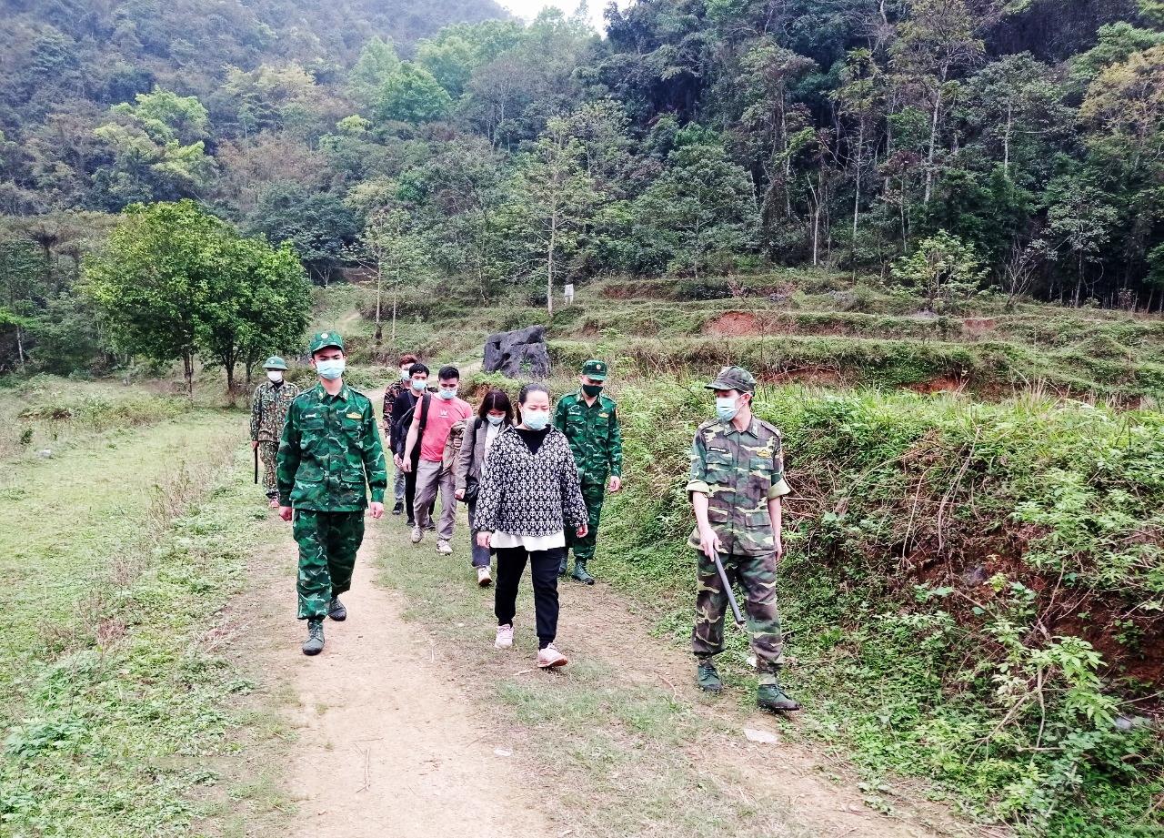 Tổ công tác của Đồn Biên phòng Ngọc Chung bắt giữ các đối tượng xuất nhập cảnh trái phép qua biên giới.
