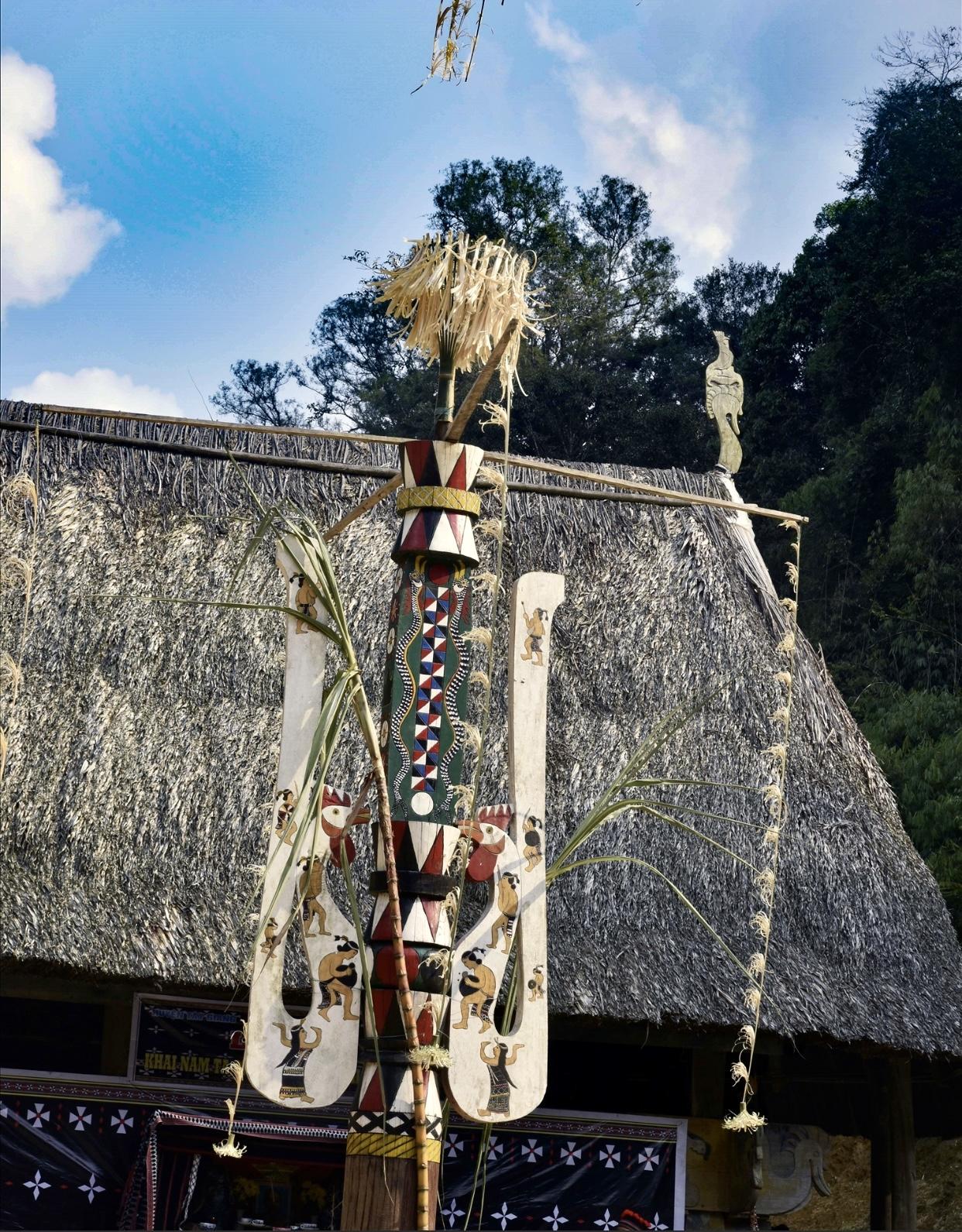 Trang trí trên cây nêu trước sân nhà làng Ka Noonh