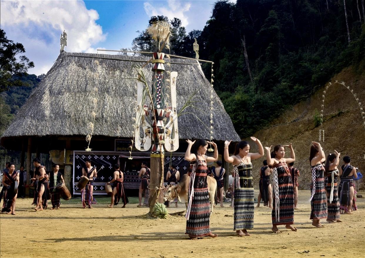 Vũ điệu tân tung da dá diễn ra trước sân nhà làng