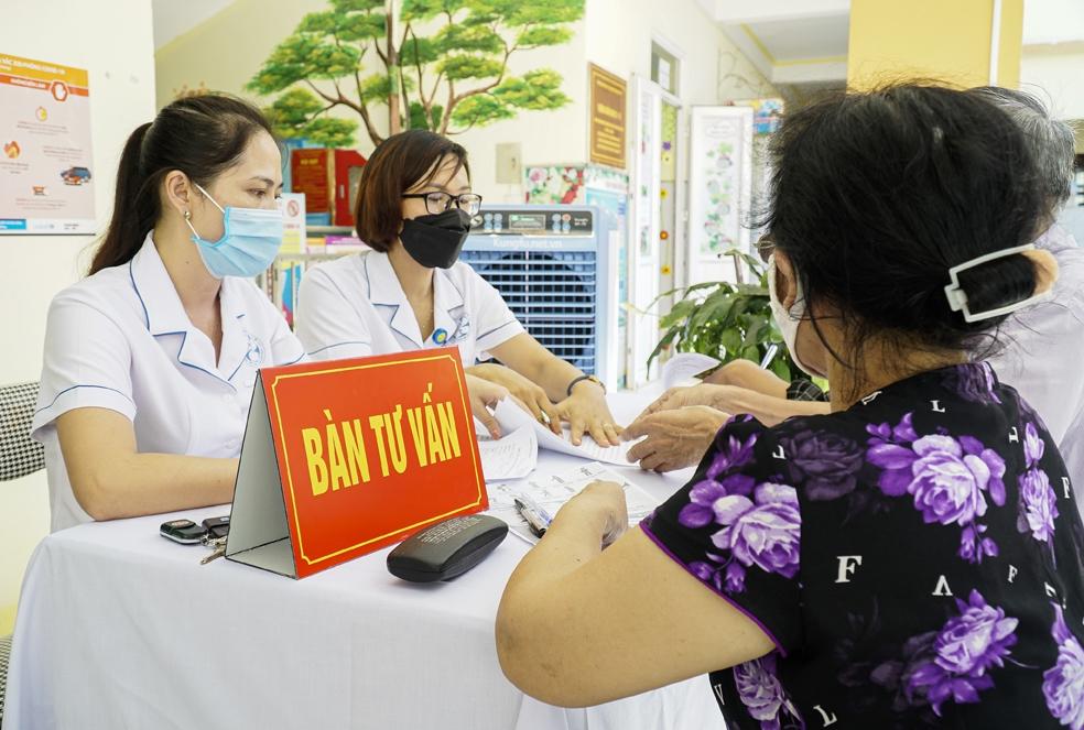 Khám sàng lọc và tư vấn về các loại vắc xin trước khi tiêm cho người dân TP. Điện Biên Phủ (Điện Biên)