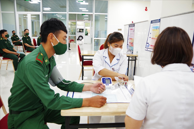 Tập trung tiêm vắc xin phòng Covid-19 cho cán bộ thực hiện nhiệm vụ phòng, chống dịch bệnh nơi tuyến đầu biên giới của tỉnh Sơn La