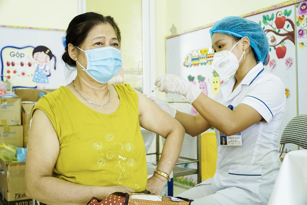 Người dân TP. Điện Biên Phủ (Điện Biên) tiêm vắc xin phòng Covid-19 trong đợt 6