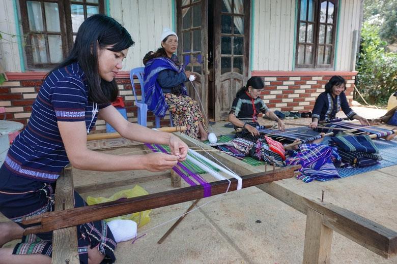 Nghề dệt truyền thống B'Nớ C góp phần gìn giữ trang phục truyền thống của người Cơ Ho
