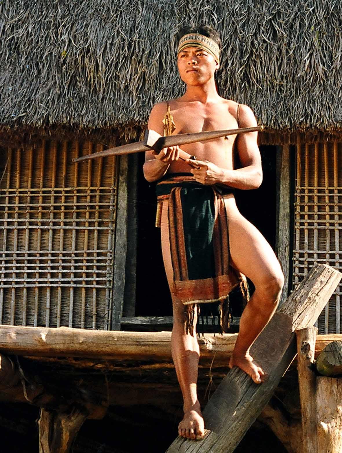 Chàng trai Bahnar và cây nỏ. Ảnh: Ngọc Tấn