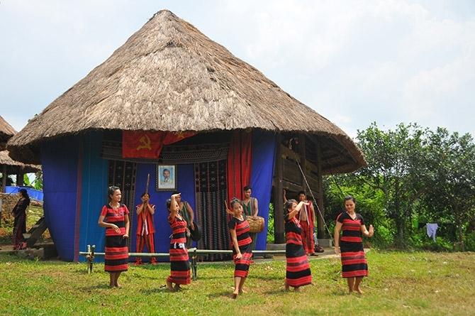 Nhà sàn của người Tà Ôi tại Làng Văn hoá – Du lịch các dân tộc Việt Nam