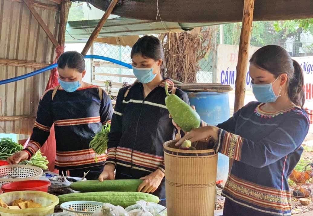 """Các thành viên CLB """"Phụ nữ nói không với rác thải nhựa"""" của Hội LHPN xã Ia Mơ Nông (huyện Chư Păh) sử dụng gùi đựng hàng hóa khi đi chợ"""