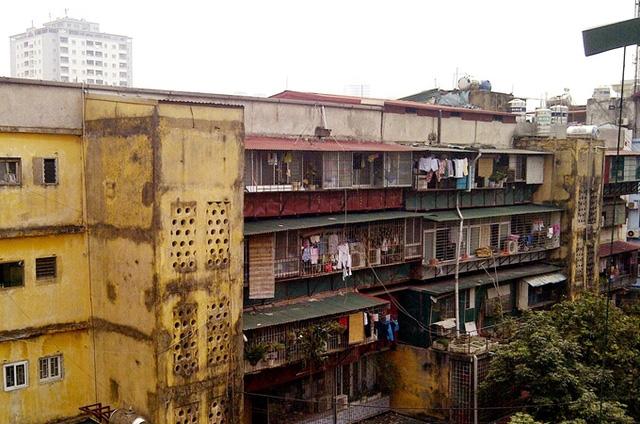 Một chung cư cũ xuống cấp cần sớm được xây dựng lại. (Ảnh: dangcongsan)