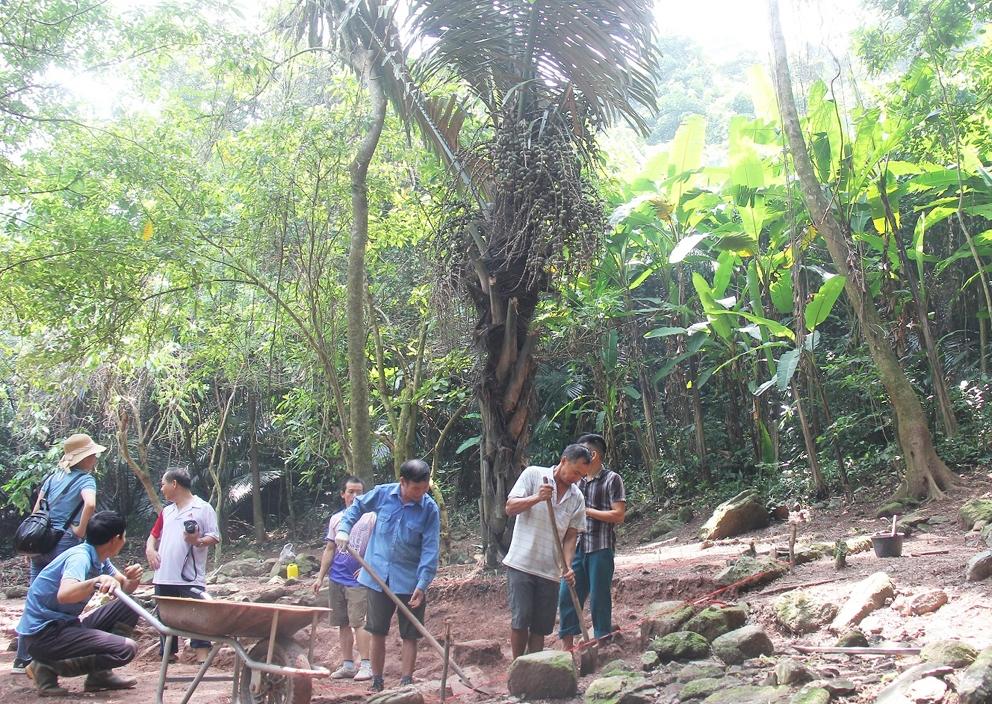 Các nhân công địa phương được thuê thực hiện một số công việc của đợt khai quật