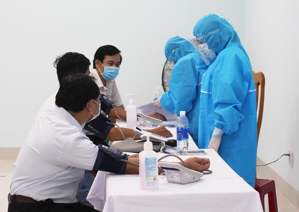 Các đối tượng được khám sàng lọc trước khi vào tiêm để bảo đảm an toàn tiêm chủng