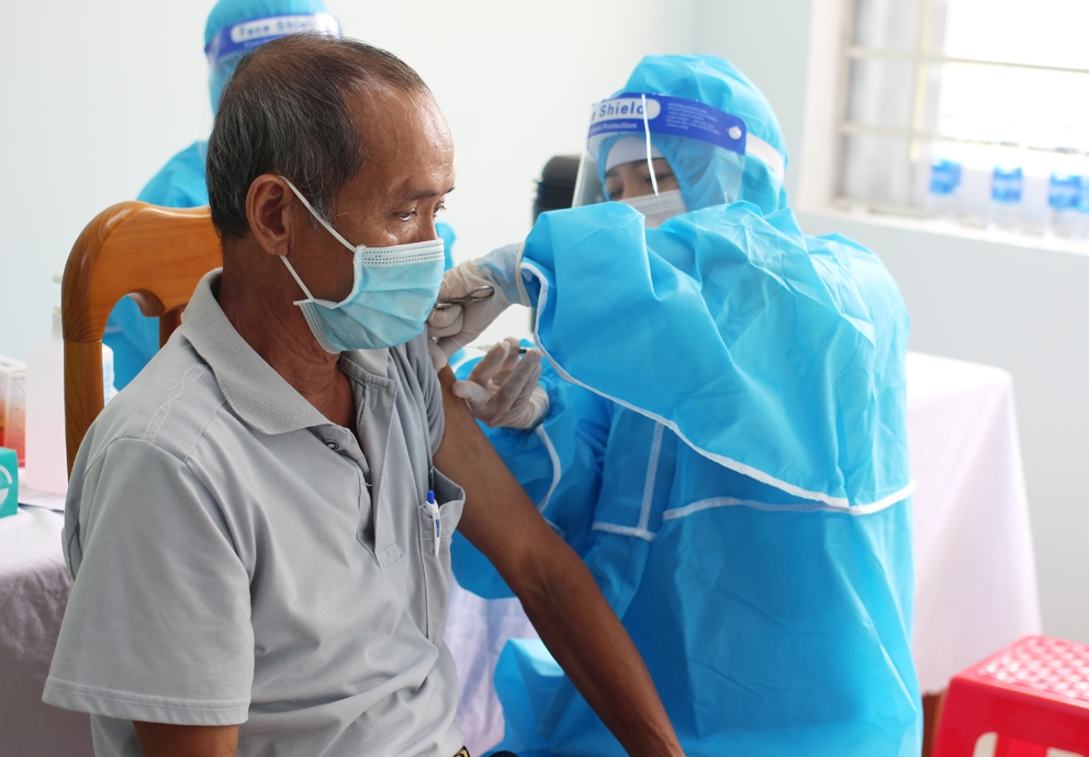 Người dân tiêm vắc xin phòng Covid-19 tại Bệnh viện tỉnh Đa khoa tỉnh Gia Lai