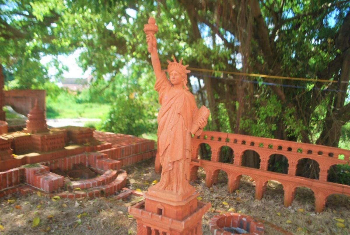 Trưng bày tượng Nữ Thần Tự Do trong Công viên văn hóa đất nung Thanh Hà