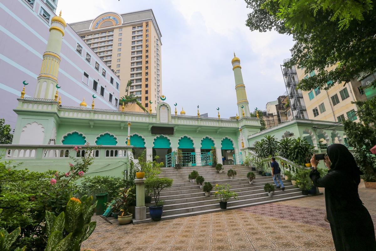 Chính điện Thánh đường Jamai Al Muslim số 66 Đông Du, Quận 1 (TP. Hồ Chí Minh)