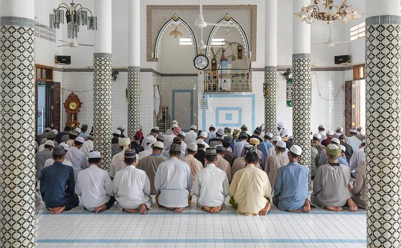 Một buổi hành lễ của các nam tín đồ Hồi giáo trong chính điện thánh đường (Ảnh chụp trước thời điểm TP. Hồ Chí Minh bùng phát dịch Covid-19)