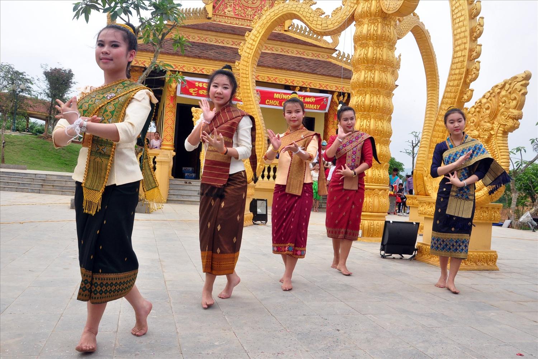 Các cô gái Khmer duyên dáng trong điệu múa lâm thôn
