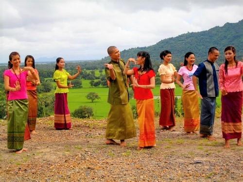 Nam nữ dân tộc Khmer hòa mình vào điệu múa lâm thôn tập thể rất mềm mại và duyên dáng