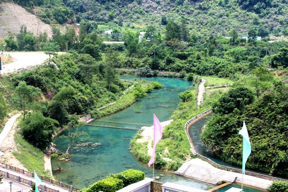 Di tích lịch sử Pác Bó nằm trên địa bàn xã Trường Hà, huyện Hà Quảng, cách trung tâm thành phố Cao Bằng 52 km về phía Bắc.