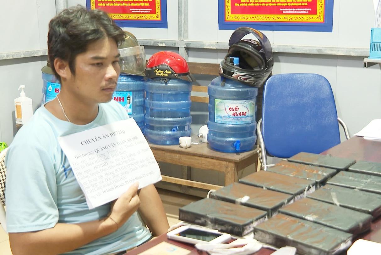 Đối tượng Quàng Văn Toán cùng tang vật là 10 bánh Heroin bị ĐBP Thanh Luông bắt giữ đầu tháng 7 vừa qua