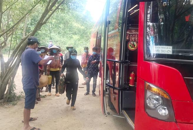 Các lao động người Hrê được bố trí lên xe để về quê Quảng Ngãi