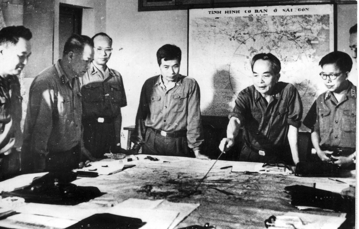 Tại Tổng Hành dinh, Đại tướng Võ Nguyên Giáp cùng các đồng chí trong Quân ủy Trung ương theo dõi, nắm bắt từng bước diễn biến rất nhanh của các mặt trận. (Ảnh trong triển lãm)