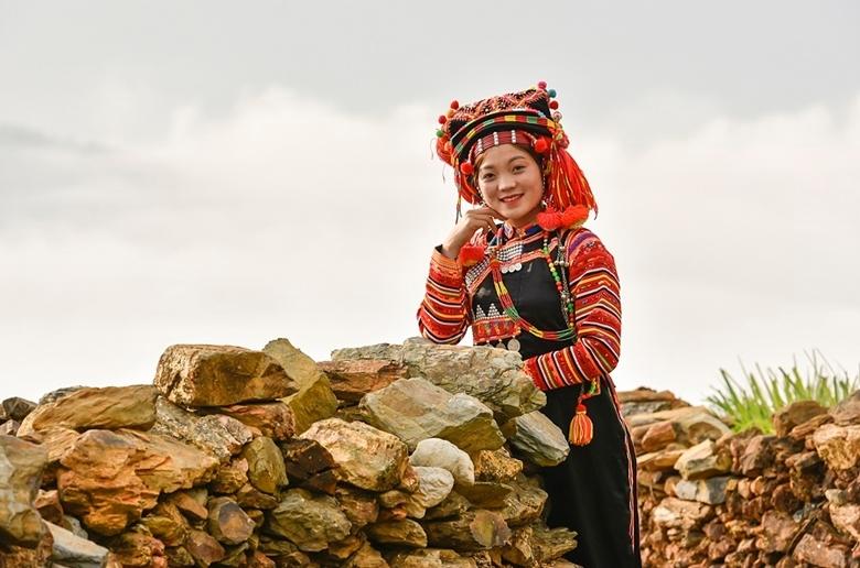 Bộ trang phục truyền thống rực rỡ như hoa những bông hoa rừng. (Ảnh.Hanoitv)