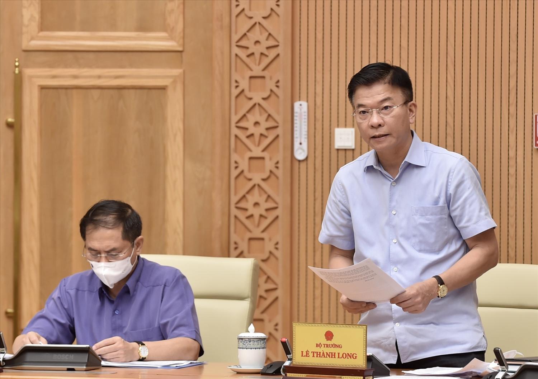 Bộ trưởng Bộ Tư pháp Lê Thành Long trình bày đề nghị xây dựng Luật sửa đổi, bổ sung các luật để tháo gỡ khó khăn cho đầu tư, kinh doanh trong tình hình dịch bệnh COVID-19 - Ảnh: VGP/Nhật Bắc
