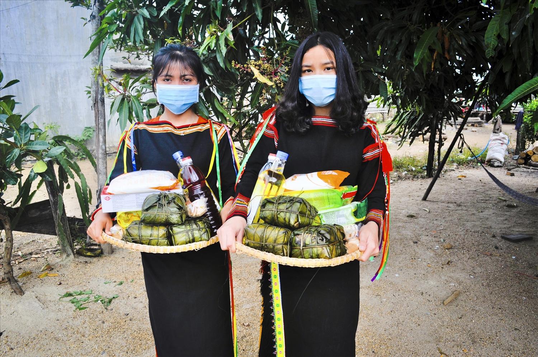 Họa tiết trên trang phục thiếu nữ Ê Đê ở buôn La Diêm, thị trấn Hai Riêng, huyện Sông Hinh (Phú Yên)