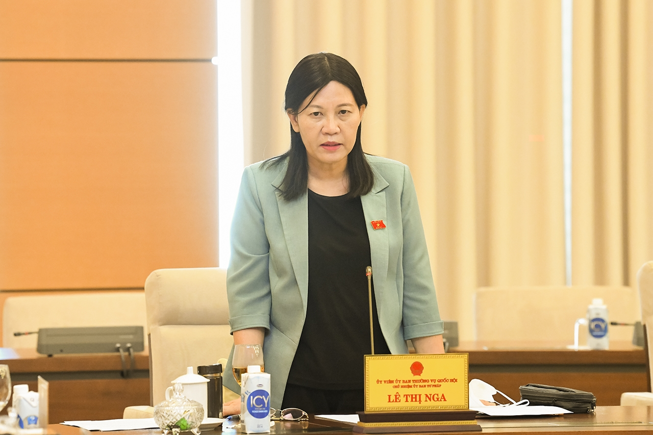 Chủ nhiệm Ủy ban Tư pháp Lê Thị Nga thảo luận tại phiên họp