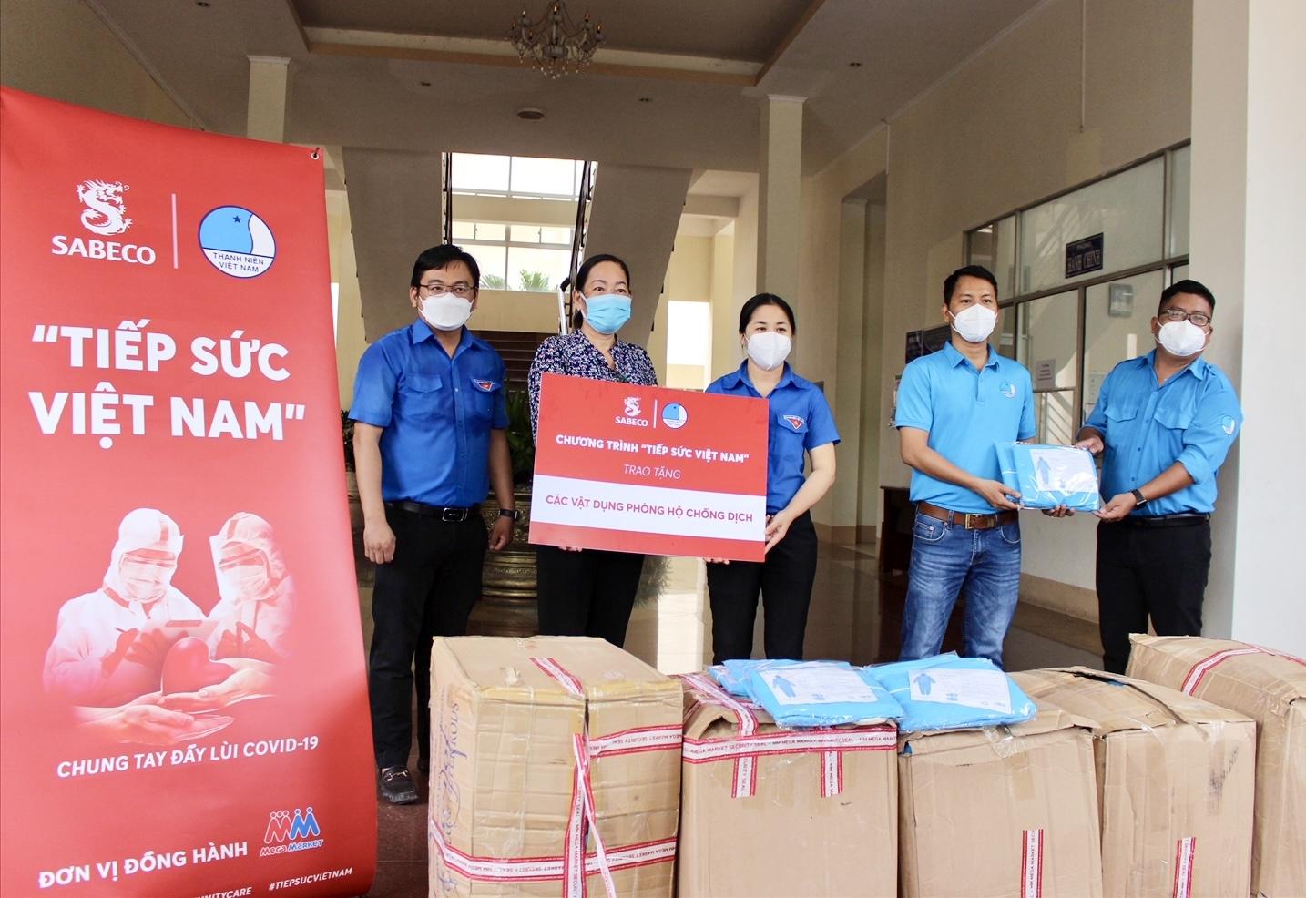 Trao vật dụng y tế cho UBND quận Bình Thủy, TP. Cần Thơ