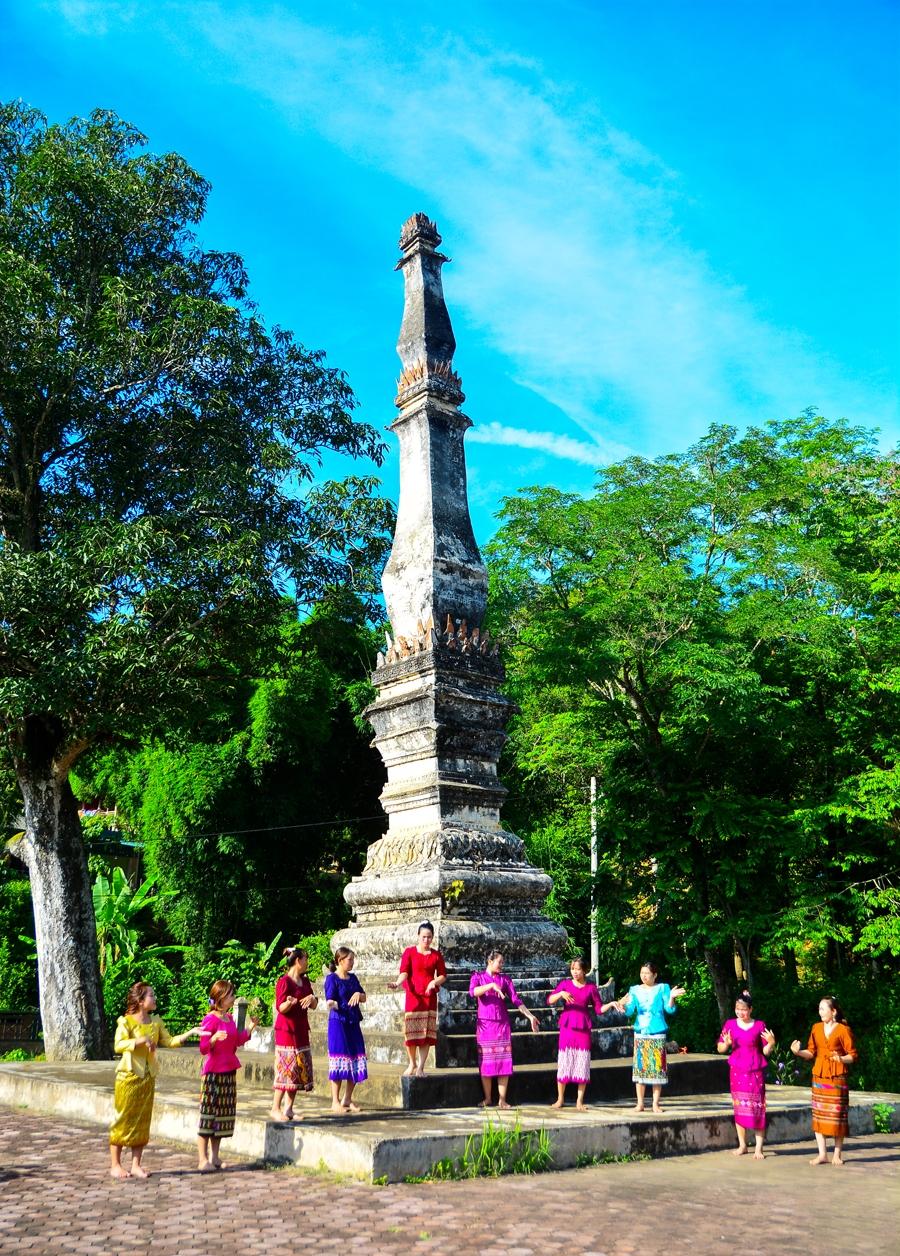 Điệu múa lăm vông của thiếu nữ Lào dưới chân tháp cổ