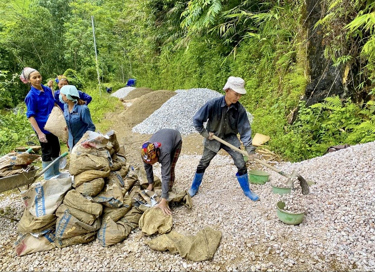 Người có uy tín tham gia làm đường giao thông nông thôn ở xã Quảng Bạch, huyện Chợ Đồn