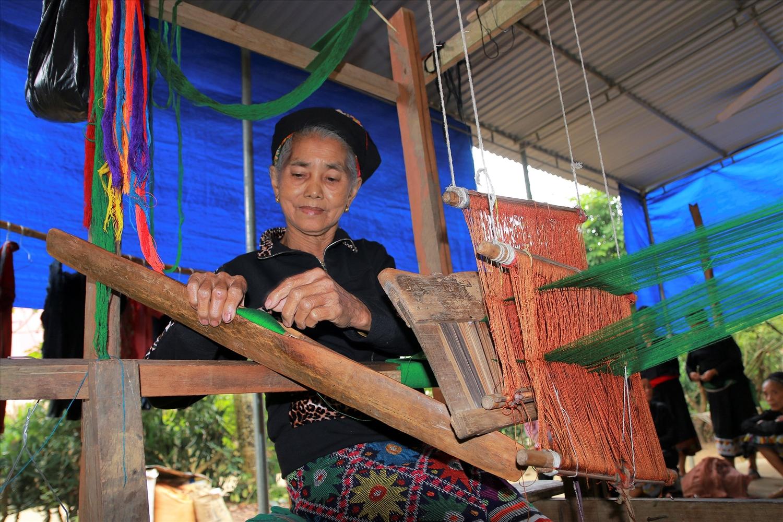 Bà Vi Thị Dung (con dâu người Ơ Đu) bản Văng Môn, xã Nga My, huyện Tương Dương dệt trang phục truyền thống