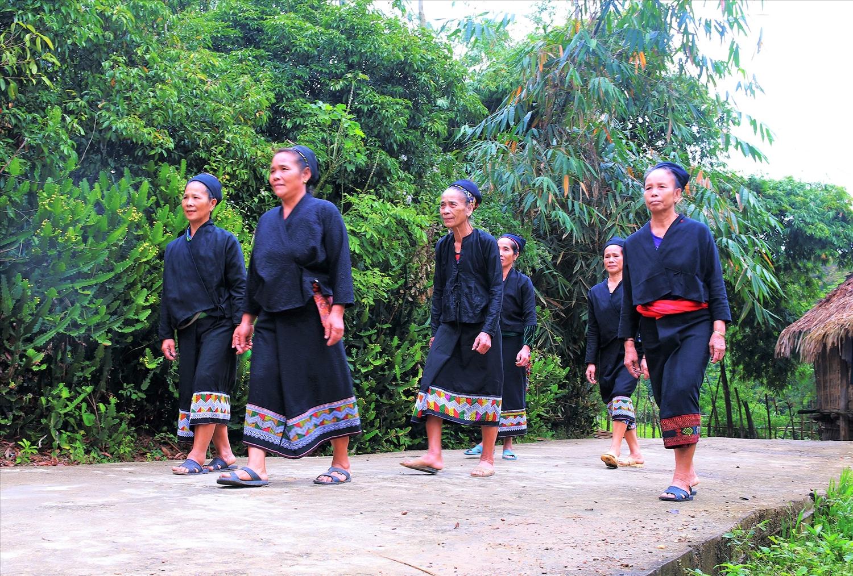 Phụ nữ Ơ Đu trong trang phục truyền thống