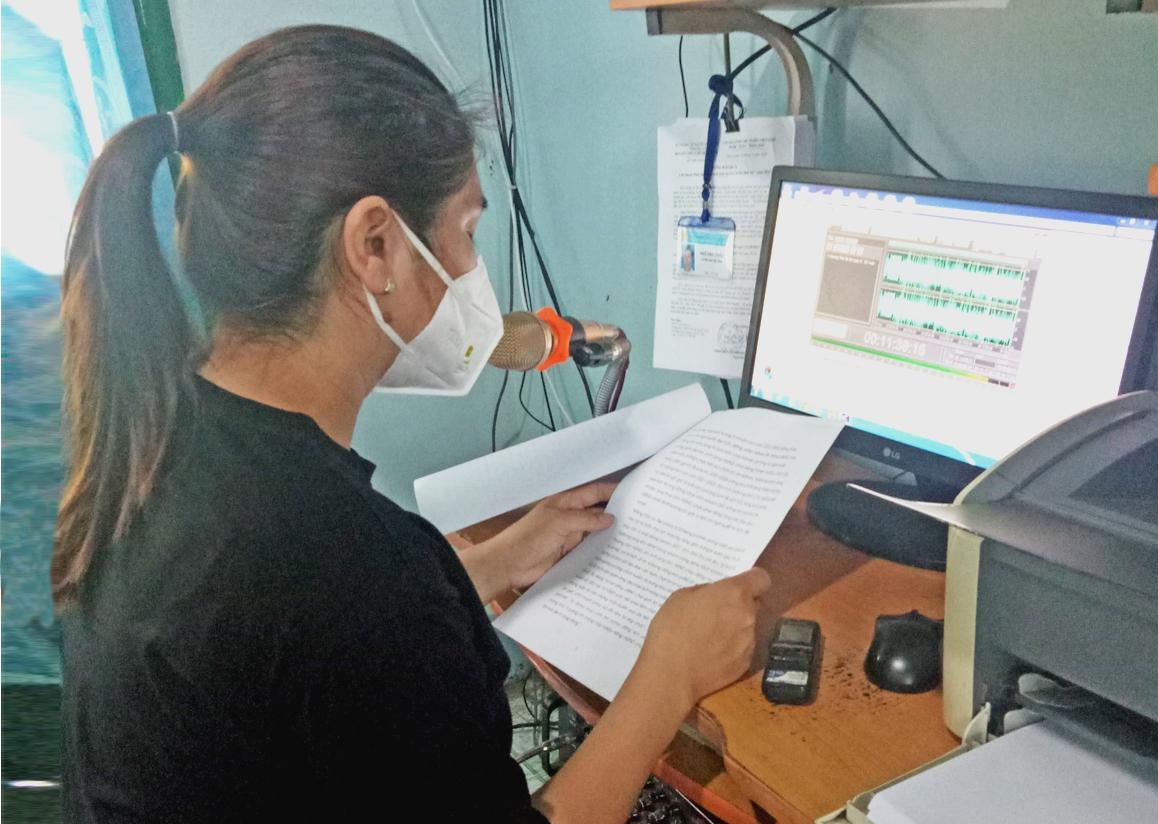 Phát thanh viên Trung tâm VHTT&TT huyện Kông Chro đọc bản tin Chương trình tiếng Ba Na