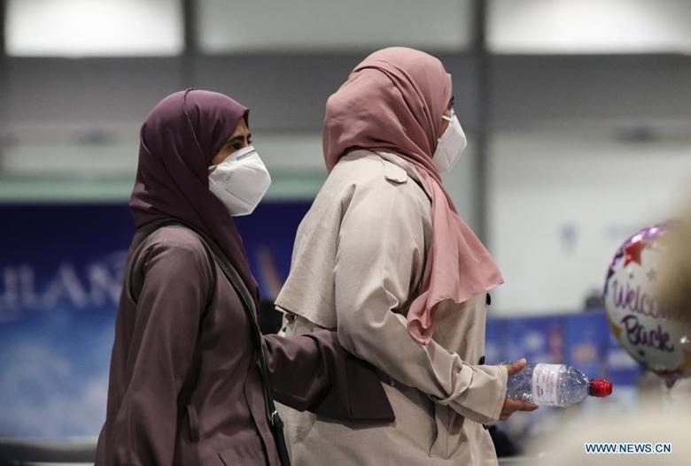 Người sơ tán từ Afghanistan đeo khẩu trang ở sân bay quốc tế Frankfurt (Đức), ngày 20/8/2021. (Ảnh: Xinhua)