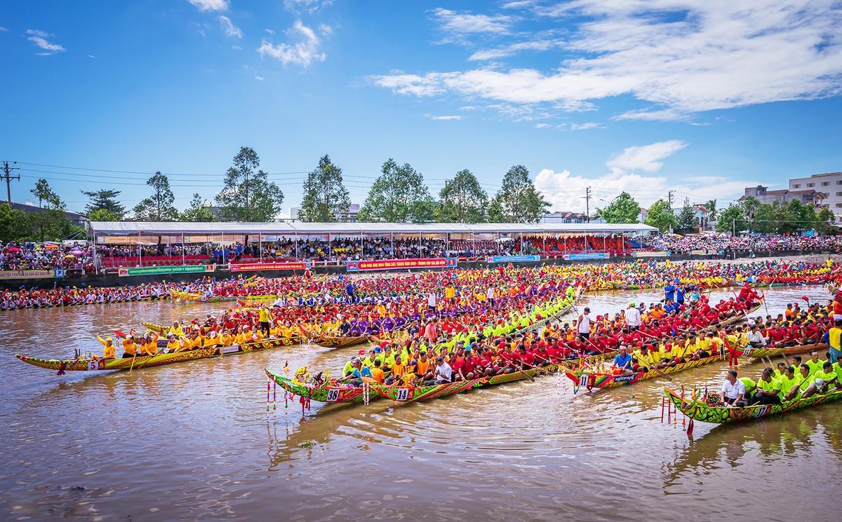 Phát triển phong trào thể dục thể thao vùng đồng bào DTTS, từ đó phát huy thành sản phẩm phục vụ phát triển du lịch tại các địa phương. (Trong ảnh: Đua ghe ngo trong Lễ hội Óc Om Bóc của đồng bào dân tộc Khmer)