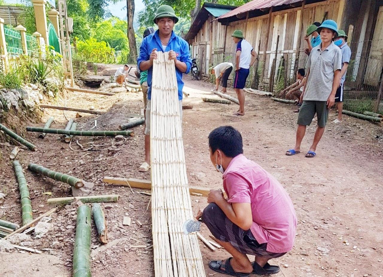Các thầy giáo và phụ huynh Trường Tiểu học Mai Sơn lấy tre làm nhà cho học sinh bán trú