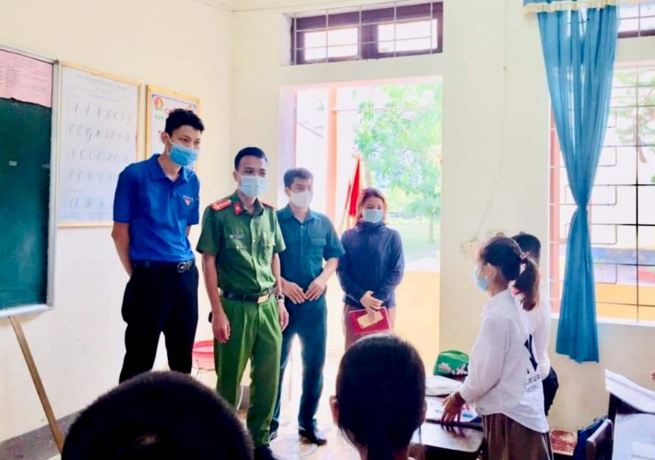 Dân quân xã phối hợp với Công an, Đoàn Thanh niên tuyên truyền phòng, chống dịch Covid-19 tại Trường Tiểu học Sơn Kim