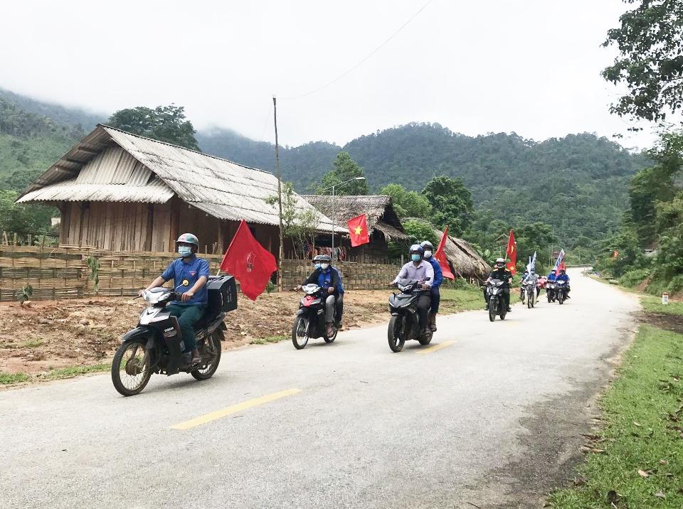 Cán bộ Đội sản xuất 7, Đoàn KT-QP4 phối hợp với Đoàn xã Thông Thụ, huyện Quế Phong tuyên truyền lưu động phòng, chống dịch Covid-19