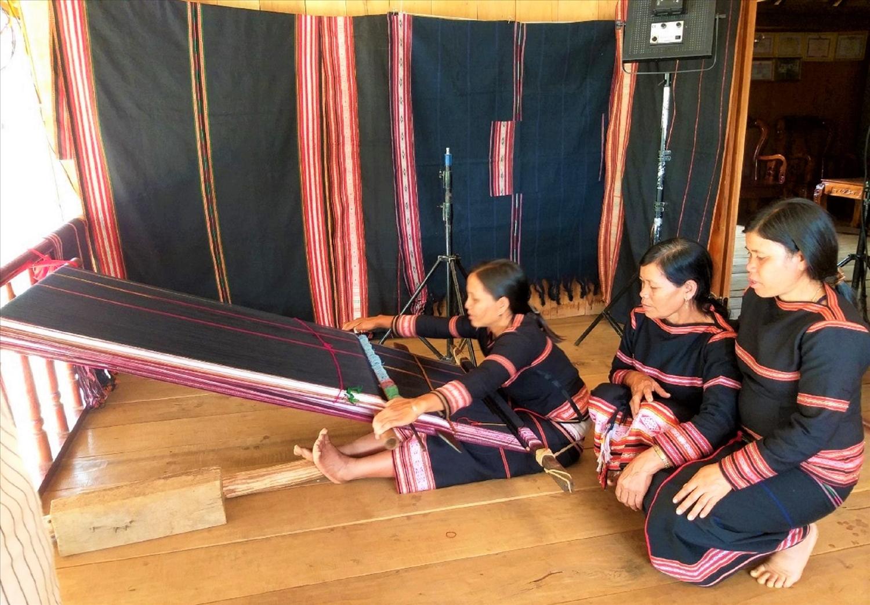 Để dệt hoàn thành một tấm vải thổ cẩm khổ lớn với hoa văn phức tạp có thể mất tới 1 tháng
