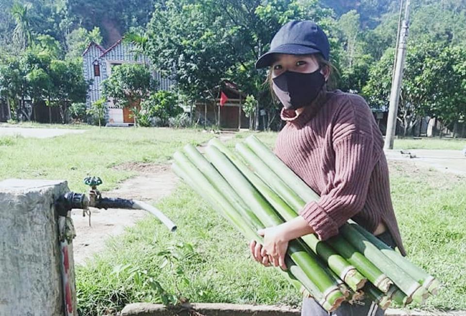 Những ống lồ ô, nứa được chị em phụ nữ lấy từ rừng về